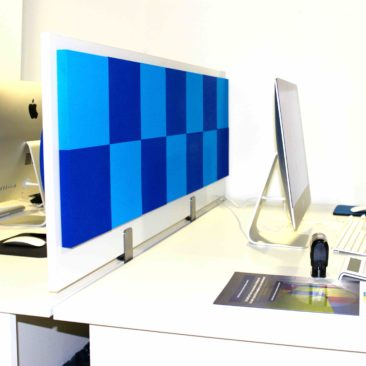 Acoustic screen Damier both sides on the desktop