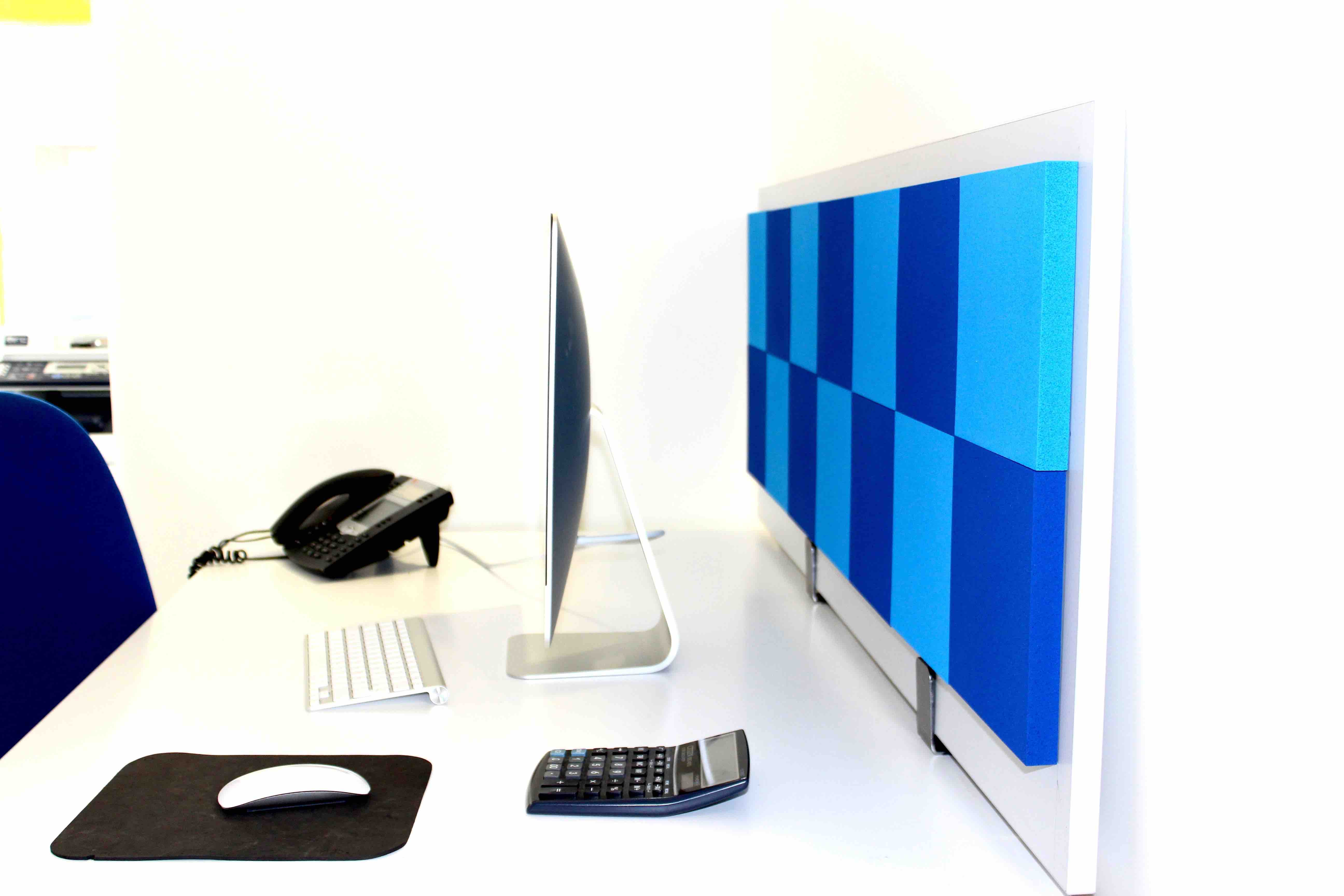 cloison acoustique damier sur bureau. Black Bedroom Furniture Sets. Home Design Ideas